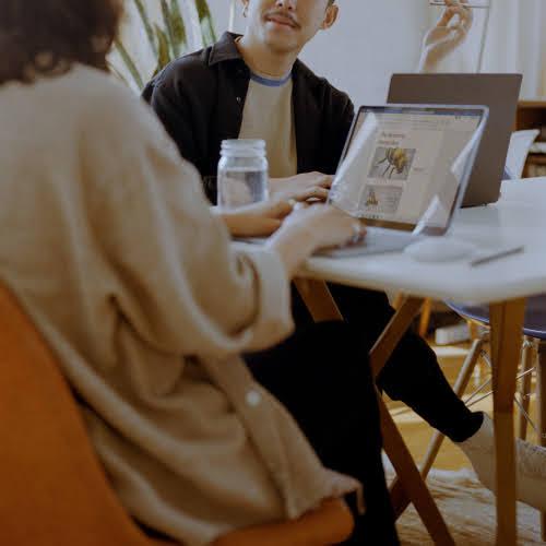 パソコン操作する2人